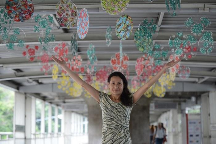 Fractal Flowers  ผลงานศิลปะโดย  โซฟี สุมาลี อารียา จัดแสดงบริเวณสกายวอล์คด้านหน้า กรูฟ แอท เซ็นทรัลเวิลด์  เป็นผลงานในรูปแบบศิลปะจัดวางใช้ เทคนิคในการลงสีเป็นรูปทรงสาทิสรูป (Fractal Paint) เพื่อสร้างสรรค์เป็นทุ่งดอกไม้  เปรียบเหมือนโลกอันเป็นเอกเทศที่หมายให้เป็นส่วนหนึ่งของอาณาจักรที่ใหญ่กว่า