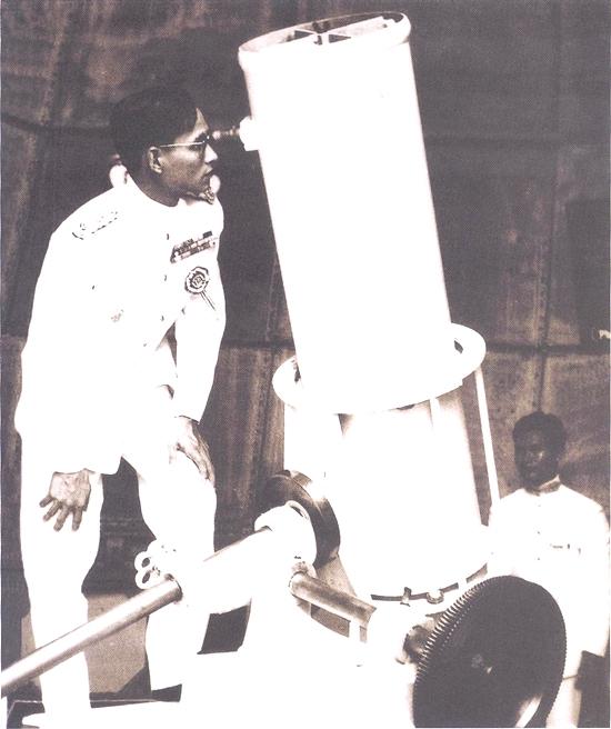 พระบาทสมเด็จพระเจ้าอยู่หัวภูมิพลอดุลยเดช เสด็จฯ ทอดพระเนตรดาวศุกร์ตอนกลางวันที่จุฬาลงกรณ์มหาวิทยาลัย เมื่อปี 2501 (ภาพจากหนังสือชุดพระมหากษัตริย์กับดาราศาสตร์ไทย)