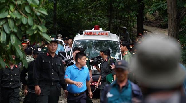 <br><FONT color=#000033>รถพยาบาลทหารขนศพจากเหตุเฮลิคอปเตอร์ตกออกจากพื้นที่ในภูเขาบาวกวาน จ.บ่าเหรียะ-หวุงเต่า วันที่ 19 ต.ค. นักบินและนักบินฝึกหัดรวม 3 นาย ที่อยู่บนเครื่องเสียชีวิตทั้งหมด ส่วนสาเหตุการตกอยู่ในระหว่างการสืบสวน. -- Agence France-Presse/Stringer.</font></b>