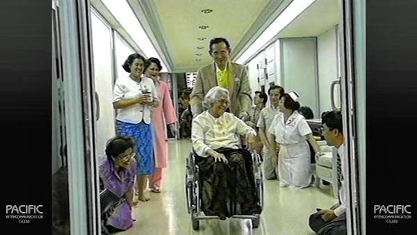 """""""ในหลวง กับ สมเด็จย่า"""" เสียงที่ปวงชนชาวไทย อยากได้ยิน และภาพที่ทุกคนจะจดจำไว้มิรู้ลืม [รวมคลิปหาชมยาก]"""