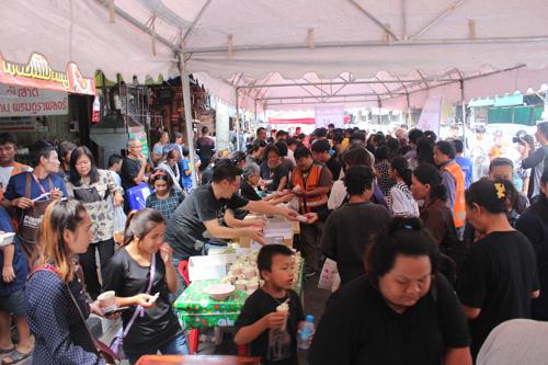 มีประชาชนมาร่วมรับอาหารแจกเป็นจำนวนมาก