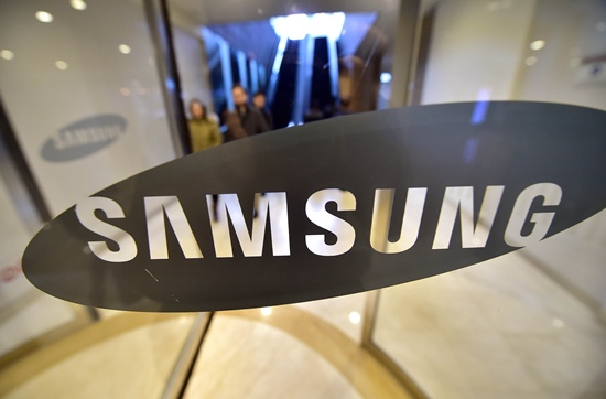 A South Korean law firm said Tuesday that it expected thousands more people to join a class action lawsuit seeking compensation from Samsung over its combusting Galaxy Note 7 smartphones. -- Photo: AFP