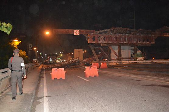 รถบรรทุกหกล้อสูงเกินพิกัดชนคานสะพานข้ามคลองสำโรง