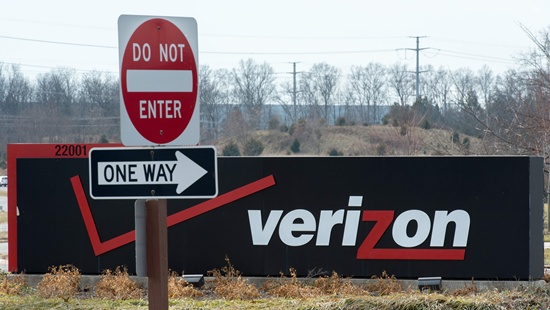 Verizon warily staying with deal to buy Yahoo