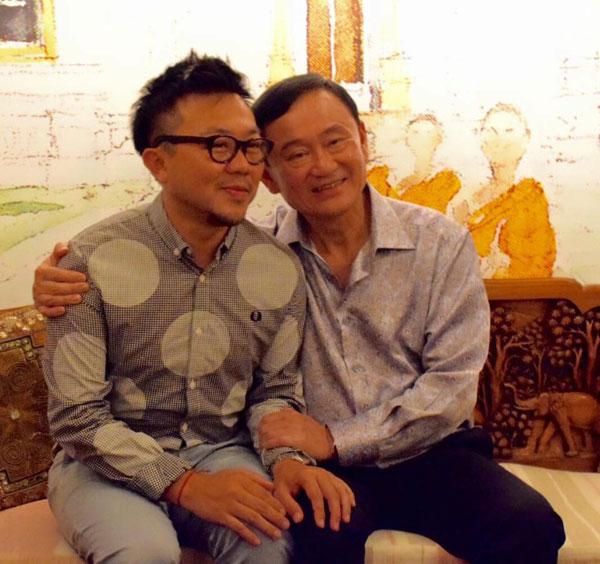 นายปวิน ชัชวาลพงศ์พันธุ์ ถ่ายภาพร่วมกับนายทักษิณ ชินวัตร (ภาพจากเฟซบุ๊ก Pavin Chachavalpongpun)