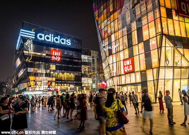 ย่านศูนย์กลางค้า ซานหลี่ถุน ในกรุงปักกิ่ง เมืองอันดับหนึ่งในประเทศจีน (ภาพไชน่าเดลี/ไอซี)
