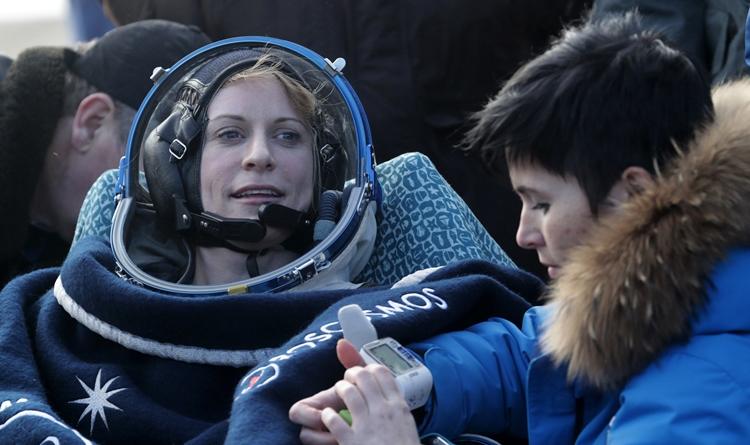เคท รูบินส์ เมื่อกลับสู่พื้นโลกอย่างปลอดภัย (Dmitri Lovetsky / POOL / AFP )