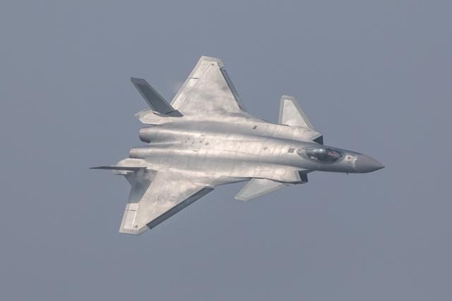 <i>เครื่องบินขับไล่ เจ-20 ใช้เทคโนโลยีสเตลธ์ หลบหนีเรดาร์ ของจีน ถูกนำออกเผยโฉมต่อสาธารณชนครั้งแรกเมื่อวันอังคาร (1 พ.ย.) วันแรกของงานแอร์โชว์ ไชน่า ที่เมืองจูไห่ ทางภาคใต้ของจีน </i>