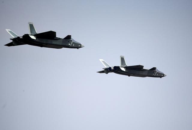 <i>เครื่องบินขับไล่ เจ-20 ใช้เทคโนโลยีสเตลธ์ หลบหนีเรดาร์ 2 ลำ ซึ่งจีนนำออกมาอวดเมื่อวันอังคาร (1 พ.ย.) </i>