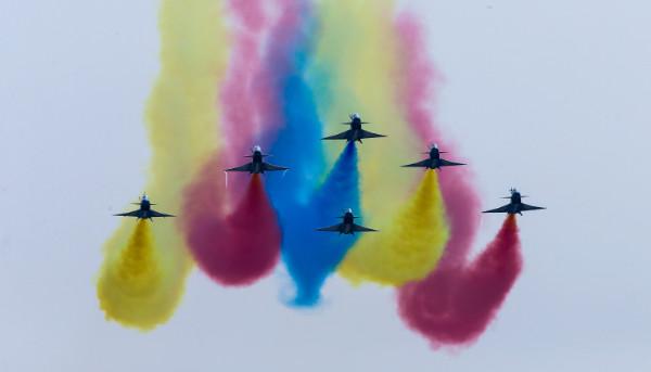 """ชมเขี้ยวเล็บมังกรลอยฟ้า  """"J-10""""  โชว์ลีลาบินผาดโผนสุดตื่นเต้น ในงานจูไห่ แอร์โชว์ (ชมคลิป)"""