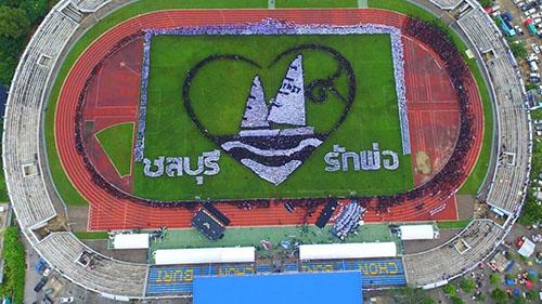 พสกนิกรชาว จ.ชลบุรี กว่า 50,000 คน ร่วมแปรอักษรเป็นรูปเรือใบ และอักษร ๙ ล้อมด้วยหัวใจเพื่อแสดงความอาลัย  (ชมคลิป)
