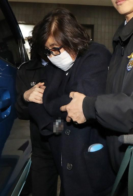 ชอย ซุน-ซิล เพื่อนสนิทของประธานาธิบดีพัค ถูกคุมตัวลงจากรถเข้าไปยังสำนักงานอัยการแขวงกรุงโซล เมื่อวันที่ 2 พ.ย.