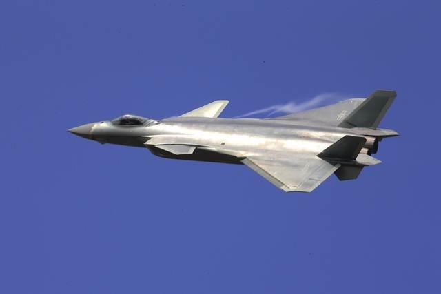 """จีนนำเครื่องบินขับไล่เทคโนโลยีหลบหลีกเรดาร์ หรือสเตลท์ """"เจ-20""""  (J-20) ออกโชว์ตัวแก่ชาวโลกให้ได้ชมเป็นขวัญตา ภาพ เจ-20 เหินฟ้าในแอร์โชว์ ไชน่า 2016 เมื่อวันที่ 1 พ.ย. (ภาพ ซินหวา/เอพี)"""