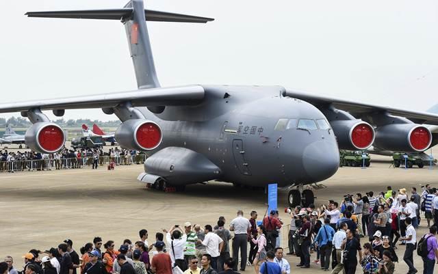 """เครื่องบินขนส่งทางทหารขนาดใหญ่ """"อวิ้น-20"""" (Y-20) ฉายา """"จอมพลังเฮอร์คิวลิส"""" สามารถบรรทุกน้ำหนักขึ้นบินได้ราว 200 ตัน ออกโชว์ตัวอีกครั้งใน แอร์โชว์ ไชน่า ปีนี้ (2016) เมื่อวันที่ 1 พ.ย. (ภาพ เอเอฟพี)"""