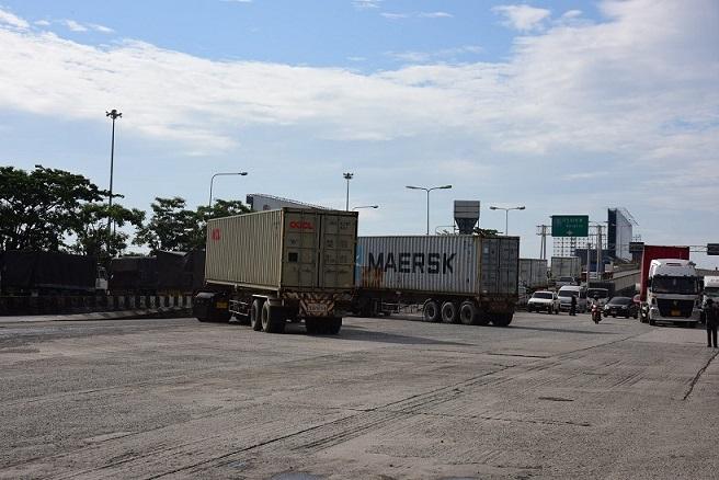 """ตู้คอนเทนเนอร์ล้นไอซีดีลาดกระบัง รถบรรทุกแน่น """"ออมสิน"""" สั่งเร่งซ่อมถนนและแก้จราจรภายใน"""