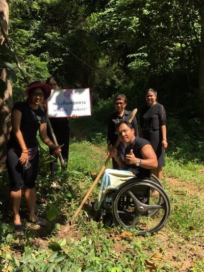 """นายภูยิน คำนวน นักกีฬาทีมชาติคนพิการ กีฬาเรือพาย ร่วมปลูกป่าตามโครงการ """"ปั่นปลูกป่า รักษาน้ำถวายในหลวง 74 จังหวัด"""" ที่ภูบ่อบิด จ.เลย"""