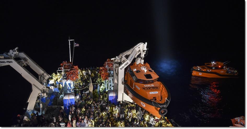 ชมภาพชุดปฏิบัติการ: ยามฝั่งอิตาลีช่วยเหลือลี้ภัยเรือมนุษย์ร่วม 2,200 คนจากทะเลเมดิเตอร์เรเนียนสำเร็จ จากปฏิบัติการกู้ภัย 16 ครั้งในแค่วันเดียว