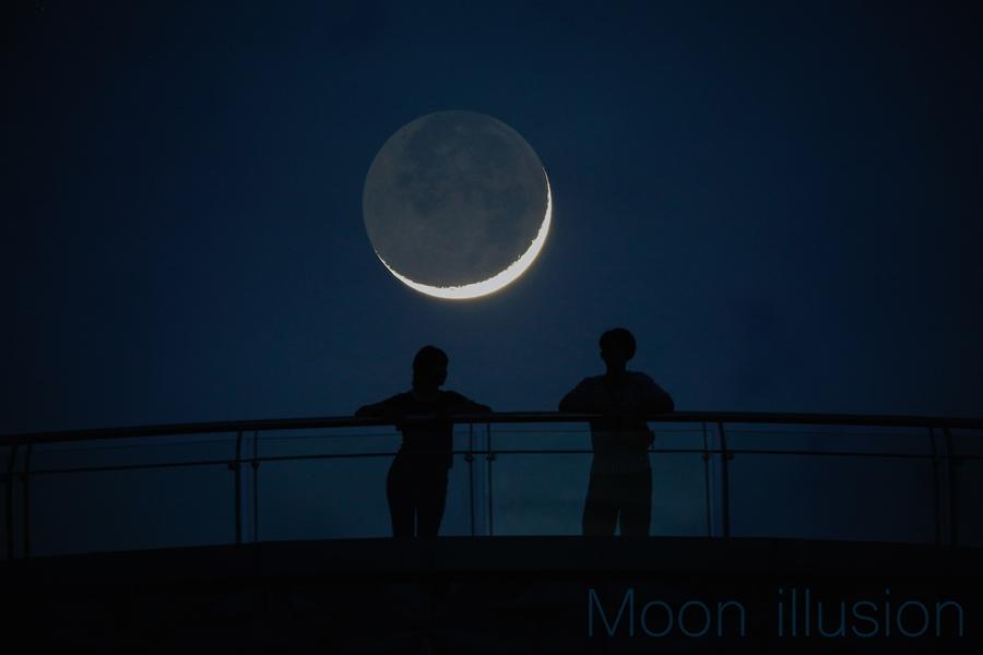 ตัวอย่างการถ่ายภาพ Moon Illusion โดยใช้คนเป็นสิ่งเปรียบเทียบขนาด