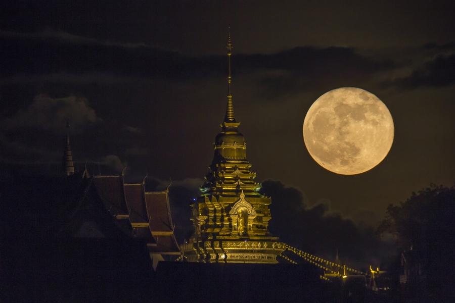 ภาพถ่ายดวงจันทร์เต็มดวงในคืนวันดวงจันทร์ใกล้โลกมากที่สุดในรอบปี วันที่ 28 กันยายน 2558 (ภาพโดย : ศุภฤกษ์ คฤหานนท์ / Camera : Canon 1DX / Lens : Lunt Telescope 560mm. + Teleconverter 1.5X / Focal length : 840 mm. / Aperture : f/11 / ISO : 1000 / Exposure : 1/20sec)