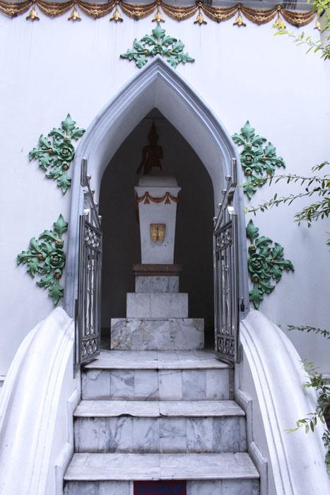 ซุ้มพระเจ้าเข้านิพพานที่ประดิษฐานหีบสลักลายพระพุทธบาทคู่ วัดเอี่ยมวรนุช