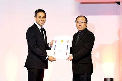 ม.ล.คฑาทอง ทองใหญ่ ผู้อำนวยการสำนักส่งเสริมนวัตกรรมและสร้างมูลค่าเพิ่มเพื่อการค้า (ซ้าย) มอบประกาศนียบัตรตราสัญลักษณ์ ไทยแลนด์ ทรัส มาร์ก (Thailand Trust Mark) หรือ TTM ให้กับ บริษัท เพ็ท โฟกัส จำกัด ผู้ผลิตและจำหน่ายผลิตภัณฑ์สัตว์เลี้ยงคุณภาพในเครือเบทาโกร โดยมี นายสัตวแพทย์ชัยวุฒิ อุโฆษกุล รองกรรมการผู้จัดการใหญ่ ธุรกิจสัตว์เลี้ยง (ขวา) เป็นตัวแทนรับมอบ ณ ศูนย์นิทรรศการและการประชุม ไบเทค บางนา