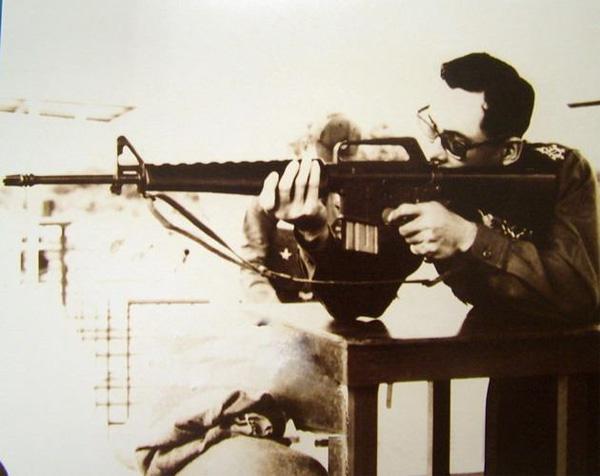 พระบาทสมเด็จพระเจ้าอยู่หัวภูมิพลอดุลยเดช ทรงพระแสงปืน M-16