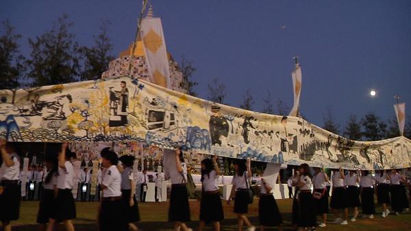 พสกนิกรชาวขอนแก่นนับหมื่นคนร่วมจุดเทียนแสดงความอาลัยในหลวง