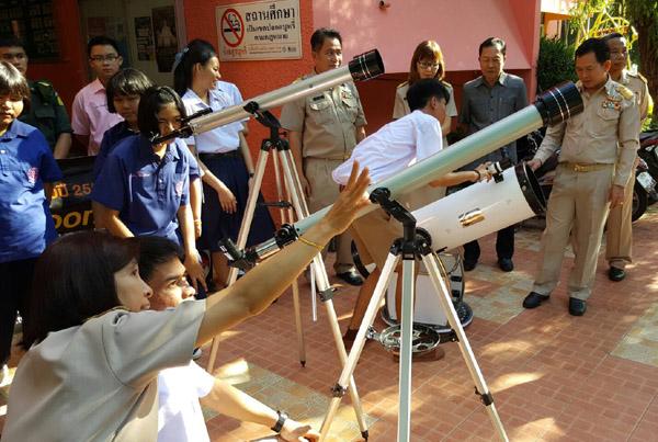 """ร.ร.บุรีรัมย์พิทยาคม ให้ความรู้นักเรียนและนำกล้องส่องดูดาวอุปกรณ์ดาราศาสตร์มาสาธิตการชมปรากฏการณ์ """"ซูเปอร์ฟูลมูน"""" พระจันทร์เต็มดวงโคจรใกล้โลกมากที่สุดในรอบ 68 ปี  คืนวันลอยกระทง นี้ (14 พ.ย.)"""