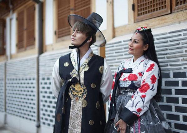 """ดีงามสุดๆ เมื่อ """"ฮั่น เดอะสตาร์"""" พาแม่ใส่ชุดฮันบกเที่ยวเกาหลีอย่างลั้ลลา"""