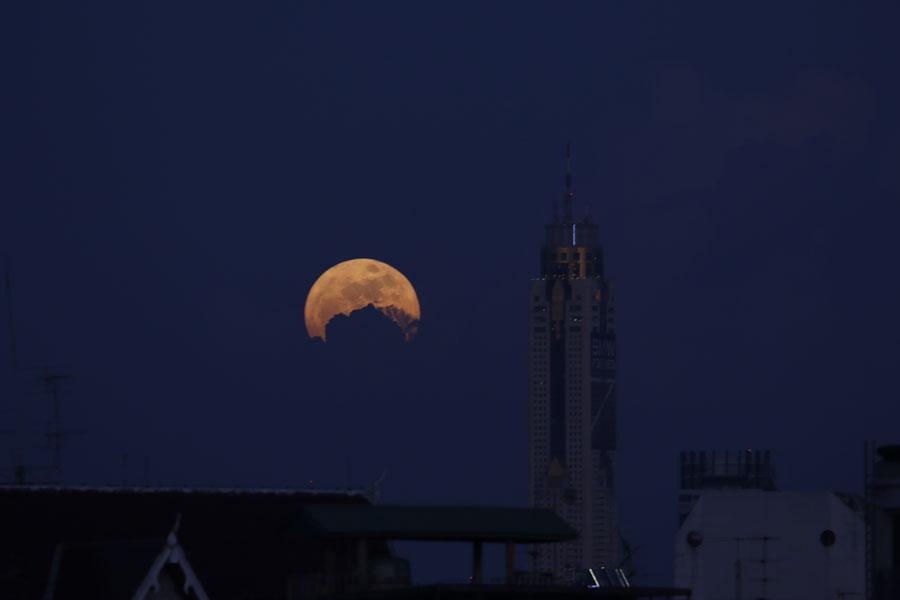 ซูเปอร์ฟูลมูน ชมดวงจันทร์เต็มดวงใกล้โลกที่สุดในรอบ 68 ปี