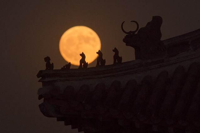 """งามอมตะ...ชมภาพ """"จัมโบ้ซูเปอร์มูน"""" ใหญ่สุดในรอบ 69 ปี เหนือฟ้าแดนมังกร"""