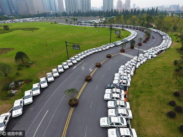 รถยนต์จอดเรียงรายนับ 800 คัน  (ภาพวีซีจี สื่อจีน)