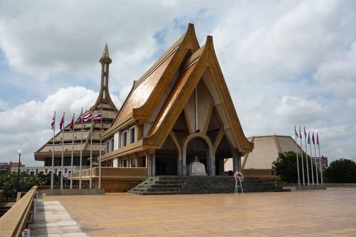 บริเวณลานประกอบพิธีหน้าอาคารประกอบพิธี  (ภาพจากอนุสรณ์สถานแห่งชาติ)