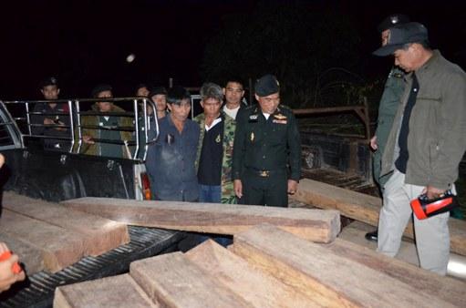 ทหารบุกจับแก๊งค้าไม้ส่งจีนซุกสวน-โกดัง จี้ ตร.ล่าตัวนายทุนเมืองปง