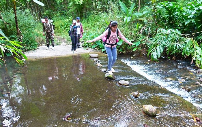 ทางเดินวันแรก ต้องเดินข้ามธารน้ำในหลายช่วงด้วยกัน