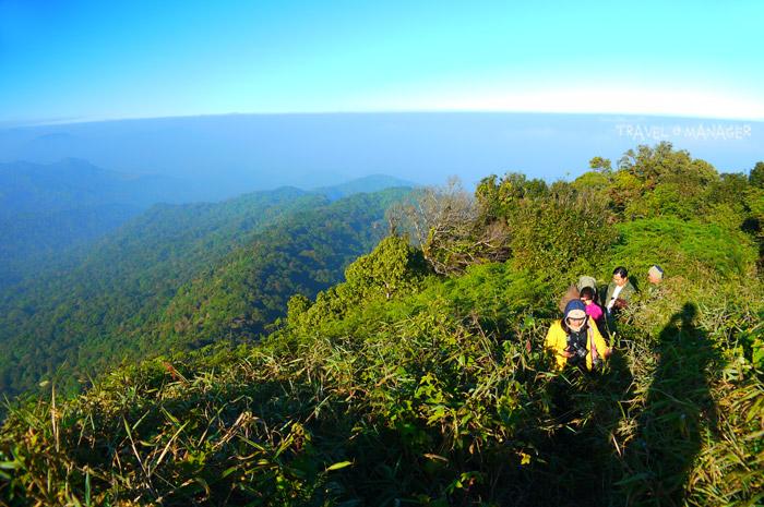 เส้นทางเดินพิชิตยอดโมโกจูและหินเรือใบ
