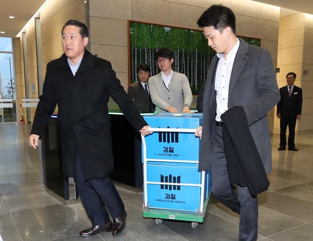 <i>เจ้าหน้าที่ฝ่ายอัยการเกาหลีใต้ ขนหีบบรรจุหลักฐานซึ่งยึดมาจากสำนักงานสาขาแห่งหนึ่งของสำนักงานบริการบำนาญแห่งชาติ (เอ็นพีเอส) ในเมืองช็อนจู เมื่อวันพุธ (23 พ.ย.) ทั้งนี้การที่ฝ่ายอัยการบุกตรวจค้นเอ็นพีเอสและกลุ่มซัมซุงกรุ๊ปคราวนี้ ได้รับการจับตามองว่าเป็นการขยายผลจากการสอบสวนคดีกล่าวหาเพื่อนสนิทของประธานาธิบดีพัค กึน-ฮเย ตบทรัพย์พวกกลุ่มธุรกิจยักษ์ใหญ่โสมขาว </i>