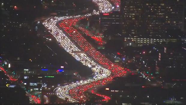 เห็นแล้วอึ้ง! สื่อแพร่ภาพรถมหาศาลติดนรกแตกในแคลิฟอร์เนีย (ชมคลิป)