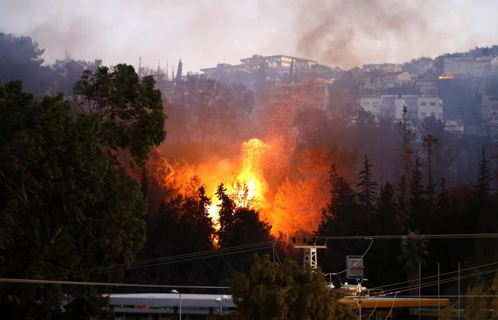 อิสราเอลเจอไฟป่าเลวร้ายโหมกระพือเกรี้ยวกราด รุดอพยพชาวบ้านครึ่งแสนหลบหนี