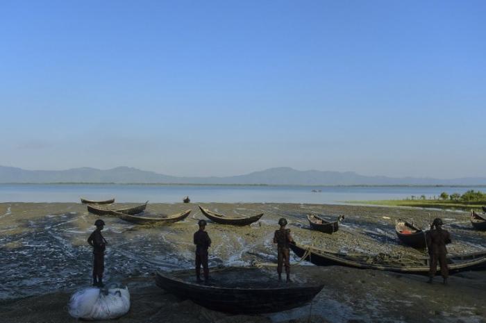 <br><FONT color=#000033>เจ้าหน้าที่หน่วยรักษาชายแดนบังกลาเทศยืนประจำการพื้นที่ที่อาจมีชาวโรฮิงญาจากพม่าลอบเข้าประเทศผิดกฎหมาย ที่ริมฝั่งแม่น้ำนาฟ เมืองคอกซ์บาซาร์. --  Agence France-Presse/Munir Uz Zaman.</font></b>