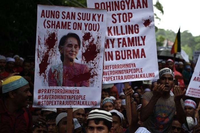 <br><FONT color=#000033>ผู้ลี้ภัยชาวมุสลิมโรฮิงญาถือป้ายประท้วงร้องตะโกนต่อต้านการข่มเหงชาวมุสลิมโรฮิงญาในพม่า หน้าสถานทูตพม่าในกรุงกัวลาลัมเปอร์ วันที่ 25 พ.ย. --  Agence France-Presse/Mana Vatsyana.</font></b>