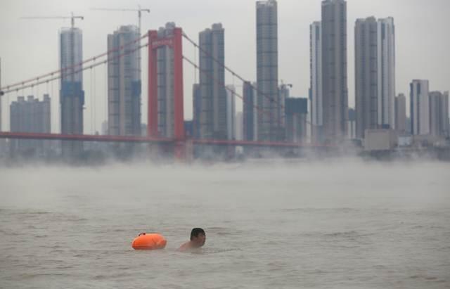 ชายจีนกำลังว่ายน้ำในแม่น้ำแยงซีเกียงในวันที่อากาศหนาวเย็นที่นครอู่ฮั่น มณฑลหูเป่ย ภาพวันที่ 23 พ.ย. 2016 (ภาพ รอยเตอร์ส)
