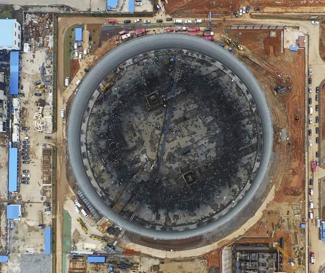 ภาพถ่ายทางอากาศของสำนักข่าวซินหวา: ซากหอหล่อเย็นของสถานีผลิตไฟฟ้าในเฟิงเฉิง มณฑลเจียงซี ที่กำลังอยู่ระหว่างการก่อสร้าง และได้ถล่มพังลงมาในวันที่ 24 พ.ย. ทำให้มีผู้เสียชีวิตอย่างน้อย 74 คน กลุ่มคนงานร่วงจากที่สูงกว่า 70 เมตร ถือเป็นอุบัติเหตุครั้งร้ายแรงที่สุดในรอบ 2 ปีของจีน (ภาพซินหวา/ เอพี)