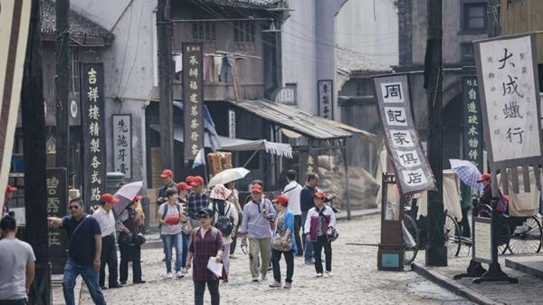 นักท่องเที่ยวเดินเล่นอยู่บนถนนสายเก่าซึ่งถูกจำลองขึ้นในเซี่ยงไฮ้ ฟิล์ม ปาร์ค (Shanghai Film Park) (ภาพ เซาท์ไชน่ามอร์นิ่งโพสต์)
