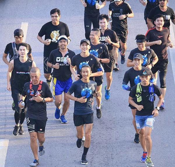 """เริ่มแล้วโครงการก้าวคนละก้าว """"ตูน - พุฒิ - ณัฐ"""" นำทีมวิ่งการกุศล ณ จุดเริ่มต้นกรุงเทพฯ"""