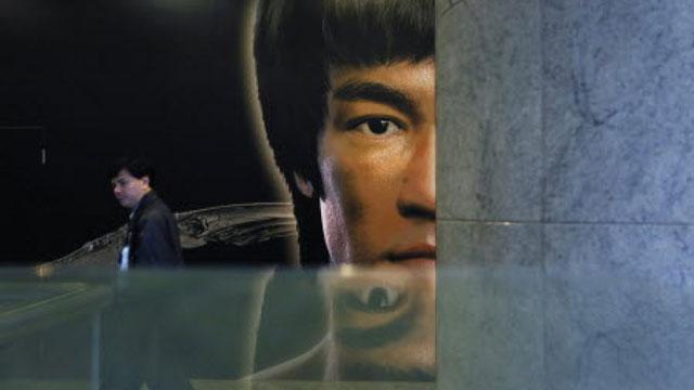 ภาพใบหน้าของบรูซ ลี ฮีโร่ทางวัฒนธรรมกังฟูแห่งศตวรรษ ที่หน้าห้างฯ แห่งหนึ่งในฮ่องกง ซึ่งยังคงเป็นที่จดจำรำลึกถึงเสมอ แม้จะล่วงลับไปนานเกือบครึ่งศตวรรษแล้ว (ภาพ เซาท์ไชน่ามอร์นิงโพสต์)