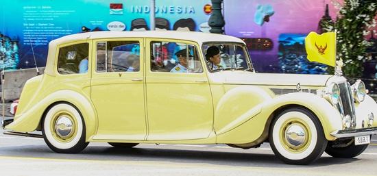 Thailands new King Maha Vajiralongkorn Bodindradebayavarangkun (L) is seen on his way to the Grand Palace to pay respects to late King Bhumibol Adulyadej in Bangkok, Thailand, December 2, 2016. REUTERS/Athit Perawongmetha
