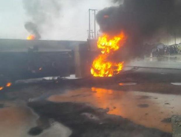 บรรทุกน้ำมันระเบิดตูมสนั่นในไนจีเรีย ทะลเพลิงคลอกชาวบ้านดับสยอง14ศพ