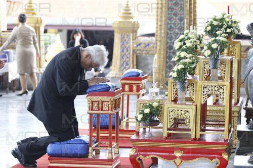 พระเถระ-ประชาชน  ร่วมสวดพระพุทธมนต์ ถวายพระราชกุศลในหลวง รัชกาลที่ ๙
