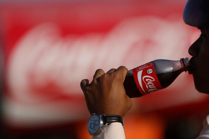 โคคา-โคลาตัดริบบิ้นเปิดโรงงาน $100 ล้านแห่งใหม่ในเขมร